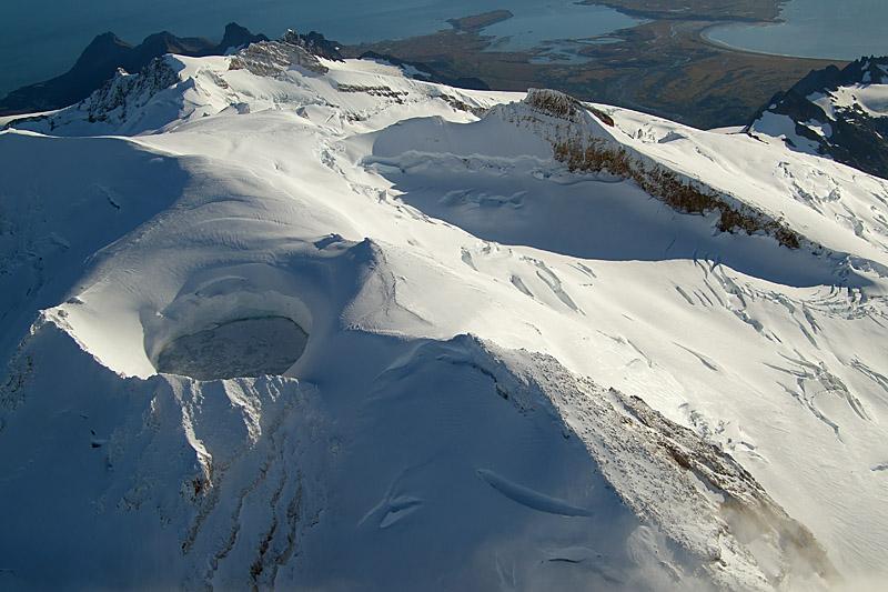 In volo sopra il cratere sommitale del douglas: fumarole riscaldano l